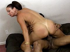 Mature hottie gets her pussy stuffed