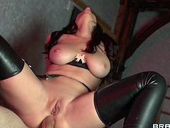 Huge cock makes her moan and undulate of pleasure during hardcore session