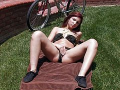 Wonderful hottie in outdoor solo fingering