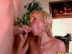 Slutty blonde milf Victoria White spreads her legs wide open and lets her man eat her snatch. Then the dude drives his schlong into Victoria's vag and fucks it in cowgirl and other positions.