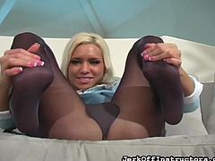 Sweetie likes pinching her clit through those pantyhose in amazing solo action