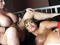 Ava Devine and Sara Jay enjoy an interacial ffm