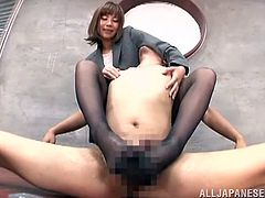 Suzu Tsubaki pleases some dude with a passionate footjob