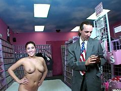Hussy brunette pornstar London Keyes sucks dick like greedy. Several voyeurs enjoy watching deepthroat blowjob she gives one stud standing on her knees.