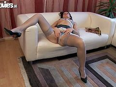 Amateur milf radka z rubbing her snatch