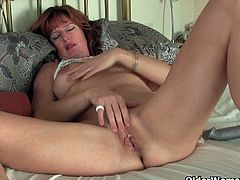 Liddy is a redheaded mom with a great body that she likes to please by inserting a toy inside her cunt hole.