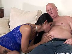 This brunette seductress likes to be in control. She sucks that rock hard erection greedily like mad. Then she makes him lick her sweet fanny.