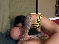 Captivating black haired beauty Presley Maddox gets naked before giving blowjob to her buff lover. Hooker spreads her legs wide open and gets her delicious cunt licked.