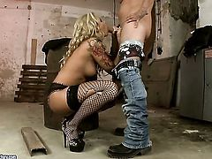 Blonde and her horny fuck buddy are in the mood for fucking