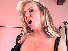 Impressive Carolyn Reese moans of pleasure while rubbing her cunt over a huge toy