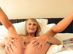 Cute Lauren moans of pleasure by stretching her pussy in adorable solo action