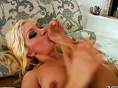 Lea Lexis takes Clara G.s tongue deep in her bush after warm-up