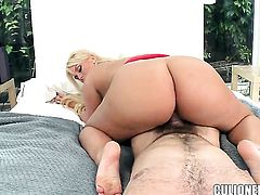 Sultry doll Julie Cash enjoys honeypot stretching in crazy sexaction with horny guy