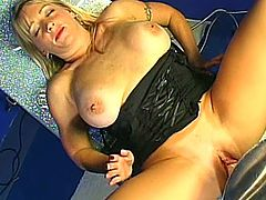 Curvaceous blonde chick lies in a chair getting her vagina drilled by the fucking machine. Some blonde doctress also licks her tits.
