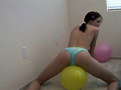 Sophie Strauss - Grinds On A Ballon