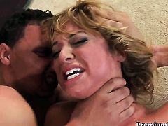 Inexperienced tramp Jessi Summers spends time doing it with hard dicked guy