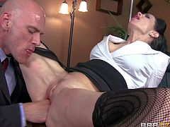 Milf Veronica Avluv is Johnny Sins new secretary. The first thing he wants her to do it to take his beefy cock deep on her mouth. Then he removes her panties and inserts his rod in her pussy.
