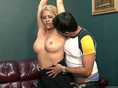 Full bodied blonde mom gets her armpits and cunt licked by kinky dude