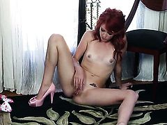 Elle Alexandra shows it all and then masturbates in closeup