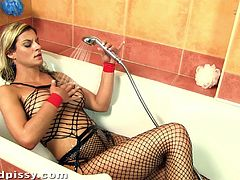 Well, not only that fetish thing happens in this amazing porn video! Klarisa Leone stuffs her beaver with sexy toys, wearing a hot fishnet.