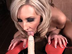 Check out Jessica Lynn smacking her vag in a rough solo show