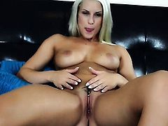 Blanche Bradburry spends time dildoing her bush for cam