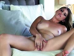 Shae Snow takes dildo up her muff after sexy striptease