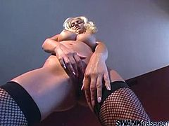 Malibu's a gorgeous blonde babe with an amazing body taking off her sexy lingerie to play with herself and give you a boner in this solo clip.