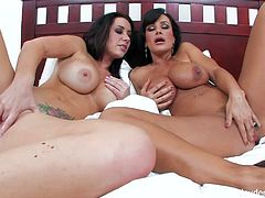 Stunning brunette MILF babes Jayden James and Lisa Ann are ready to have some fun on this big kingsize bed. Watch as they stroke each other's dirty pussies.