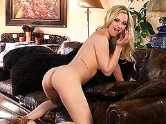 Sophia Knight plays with herself on cam