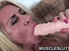 Muscle slut dildoing her pussy