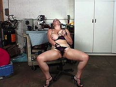 VERY SEXY CHUBBY GIRL MASTURBATES TO GET READY FOR A BIG BLACK COCK.