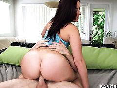 Nikki Lavay with round bottom is on the edge of nirvana with guys hard cock in her mouth