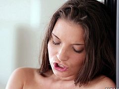 Gorgeous solo model cums while fucking her vibrator