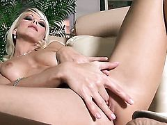 Jana Cova shows her naughty parts