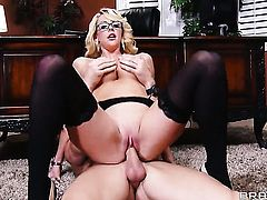 Courtney Taylor has some time to get some pleasure with Johnny Sinss sausage in her mouth