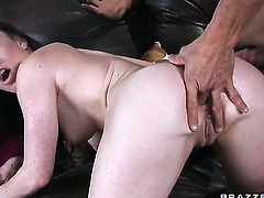 Jennifer White gets her mouth stretched by beefy hard love stick of Tommy Gunn after backdoor sex