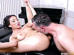 Keiran Lee gets pleasure from fucking amazing Vicki Chases face
