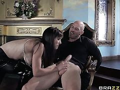 Beautiful sex kitten Cytherea kills time blowing Johnny Sinss stiff tool