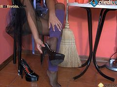 Solo rich witch is showing off her feet in high heels