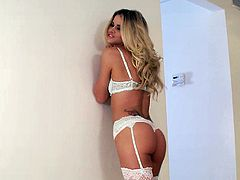 Jessa Rhodes gives yum-yum blowjob after taking a shower
