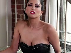 Perfect beauty Sunny Leone masturbates her punani on the stairs