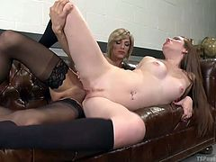 Hot babe Kassondra arrives in front of you, with her incredible lover, sexy ladyboy Nina. This blonde shemale in black stockings, fucks Raine on the desk. She finds the tranny cock pretty intense and takes the party to the couch, where she enjoy the fucking from sideways!