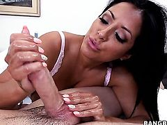 Kiara Mia does to make her sex partner bust a nut after handjob