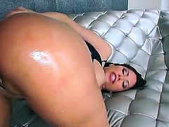 Aleksa Nicole does first time anal on cam. Nicole has waited a long time for this and finally she gets a partner who fucks her deep inside her butthole.
