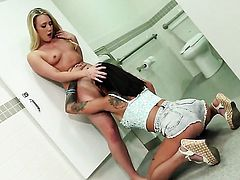 AJ Applegate and Bonnie Rotten have lesbian sex in the bathroom