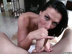 Sex obsessed hottie Rachel Starr gives giving oral pleasure to her hot bang buddy