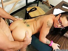 Christy Mack with bubbly bottom and shaved bush is just in need of sexual pleasure and gets some in sex action with Justin Magnum
