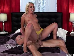 Aaliyah Love gets down on her knees to take Johnny Sinss fuck stick deep down her throat