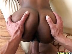 London with phat bottom and shaved muff gets her mouth destroyed by throbbing man meat of Marco Banderas